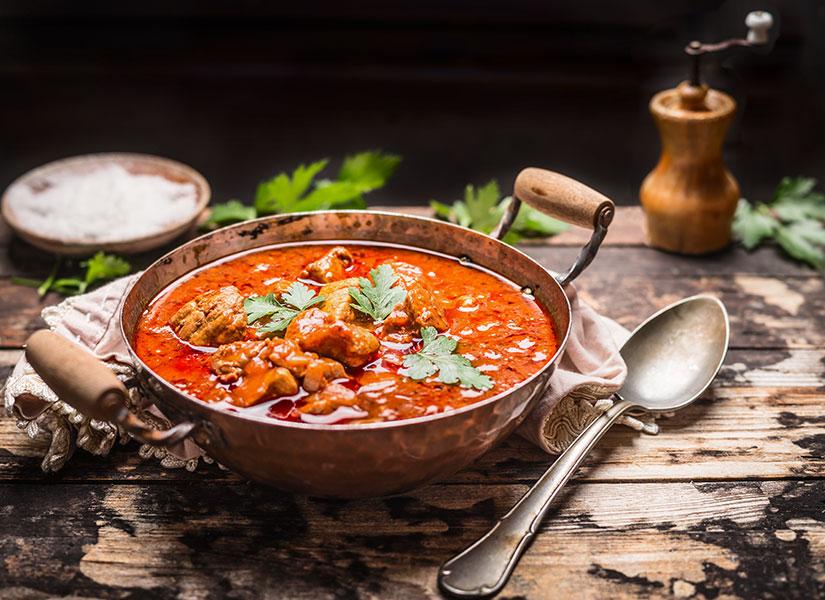 Bol baharatlı gulaş çorbası Macar mutfağının en sevilen lezzetlerinden.