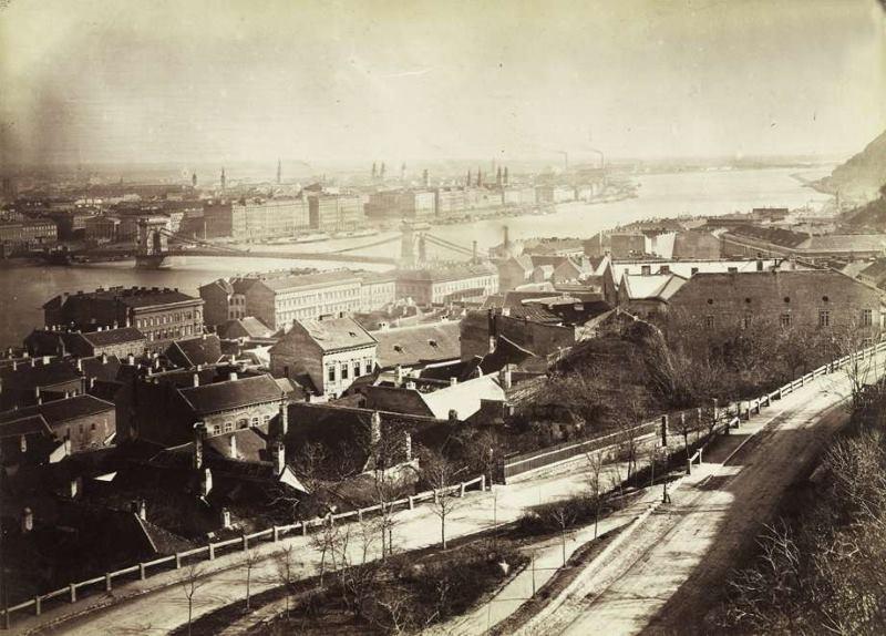 Kilátás a Halászbástyáról a Lánchíd és a pesti Belváros felé, előtérben a Hunyadi János (Albrecht) út. A felvétel 1876 körül készült. Fortepan / Budapest Főváros Levéltára